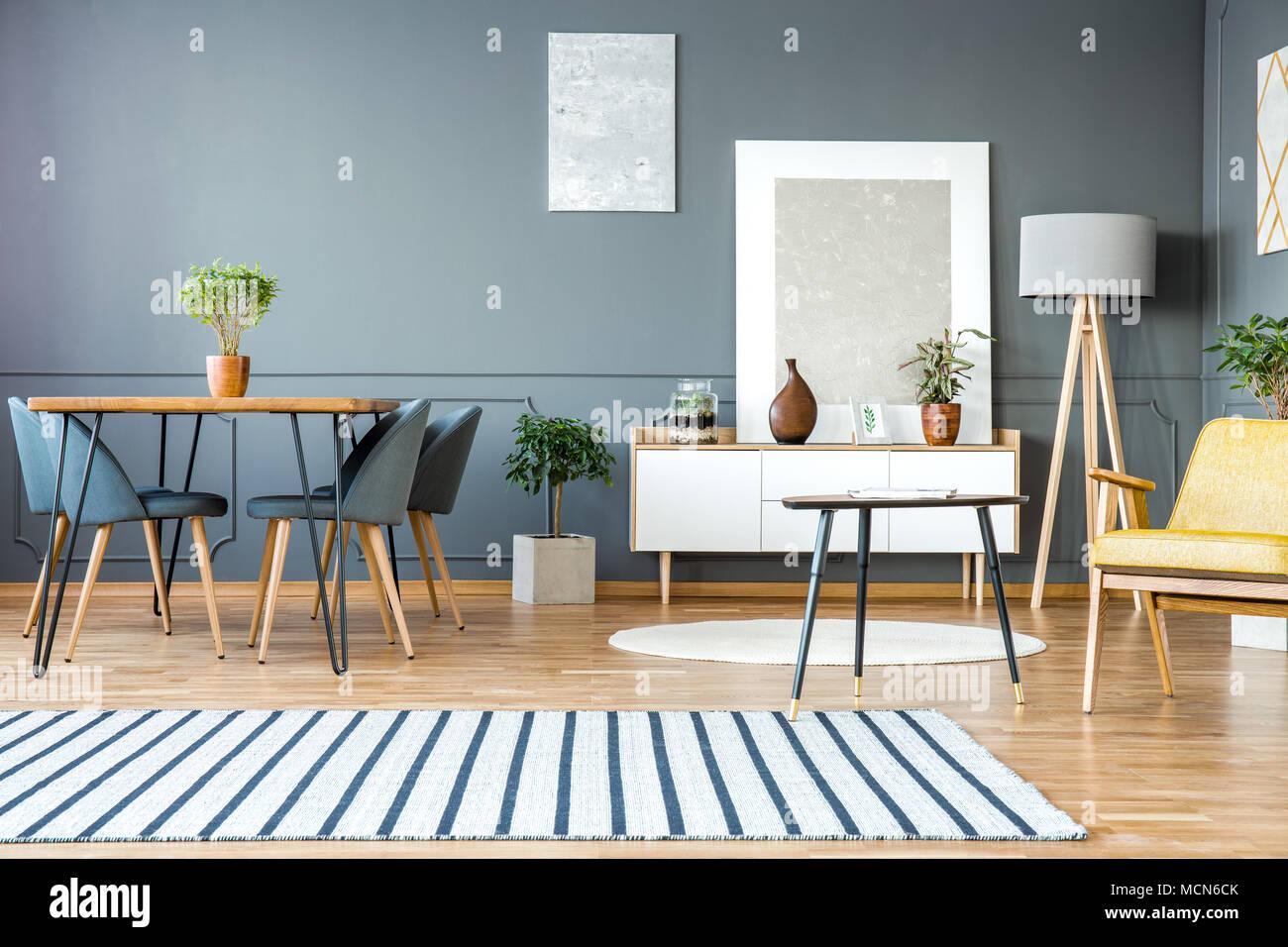 Gestreiften Teppich in grau Wohnung Interieur mit Stühle am Esstisch ...