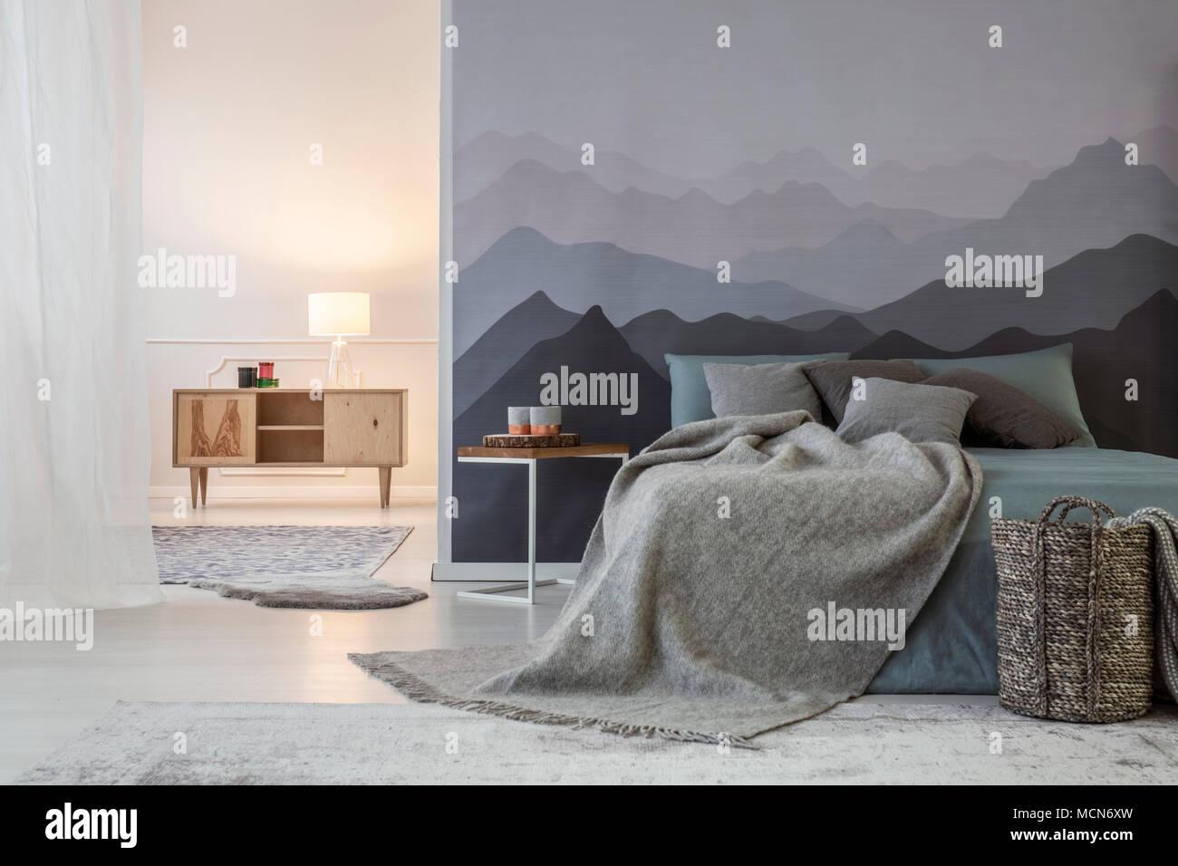 Auf Hölzernen Einbauschrank In Geräumige, Warme Schlafzimmer Innenraum Mit  Grau Bett Gegen Berg Wandleuchte