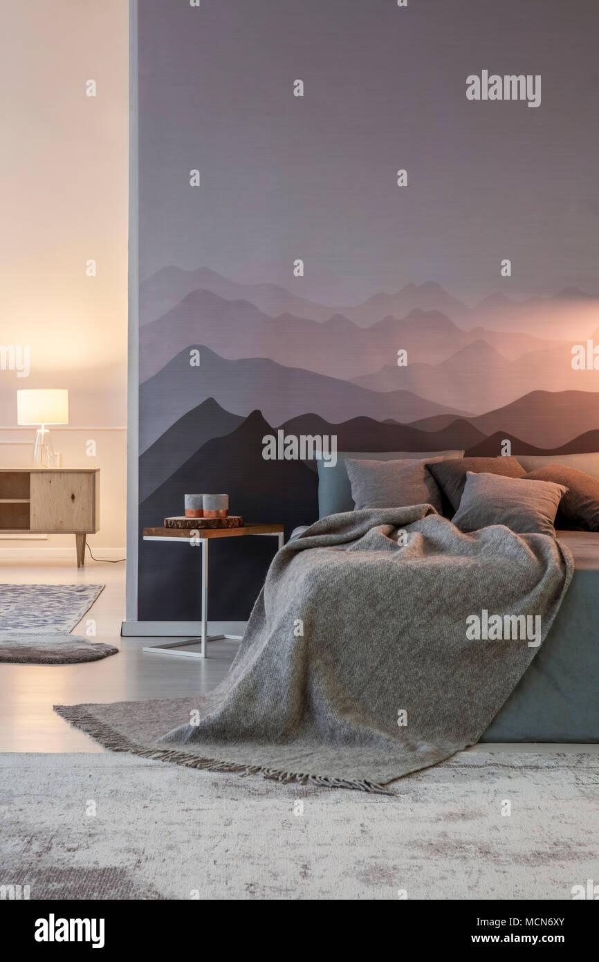Graue Decke und Kissen auf dem Bett gegen Berg Tapete in ...