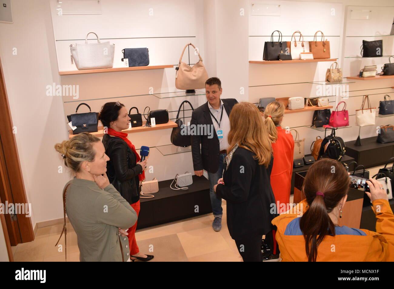 """DIE NEUE MODEADRESSE IN GÖRLITZ - MODEHAUS am Postplatz öffnet am 20. April 2018 in zentraler Lage im Herzen von Görlitz?.. Für unsere Kunden schaffen wir ein stilvolles Ambiente und für schöne Mode den richtigen Rahmen. Lassen Sie sich von unserer inspirierenden Auswahl ein schöner, stilvoller Bekleidung bezaubern. Zusätzlich lockt unser kleines Café mit köstlichen Spezialitäten und versüßt den Einkauf mit Blick auf den belebten Postplatz mit seiner berühmten """"Muschelminna"""". Entdecken Sie unsere hochwertigen Modekollektionen für Damen und Herren. Es erwartet Sie eine inspirierende Auswahl einer s Stockbild"""