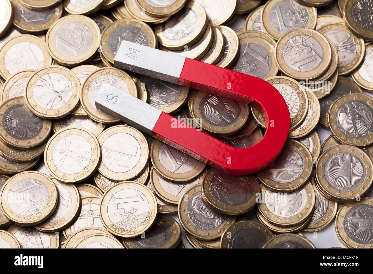Ansicht Eines Roten Hufeisen Magnet Auf Euro Münzen Stockfoto Bild