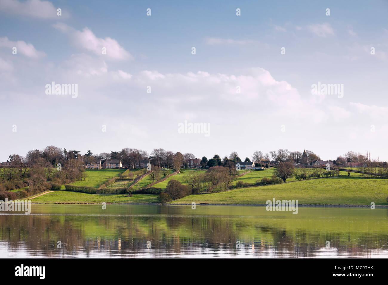 Ein Bild, das zeigt, das Dorf von Upper Hambleton Schuß über Rutland Water, Rutland, England, Großbritannien Stockbild