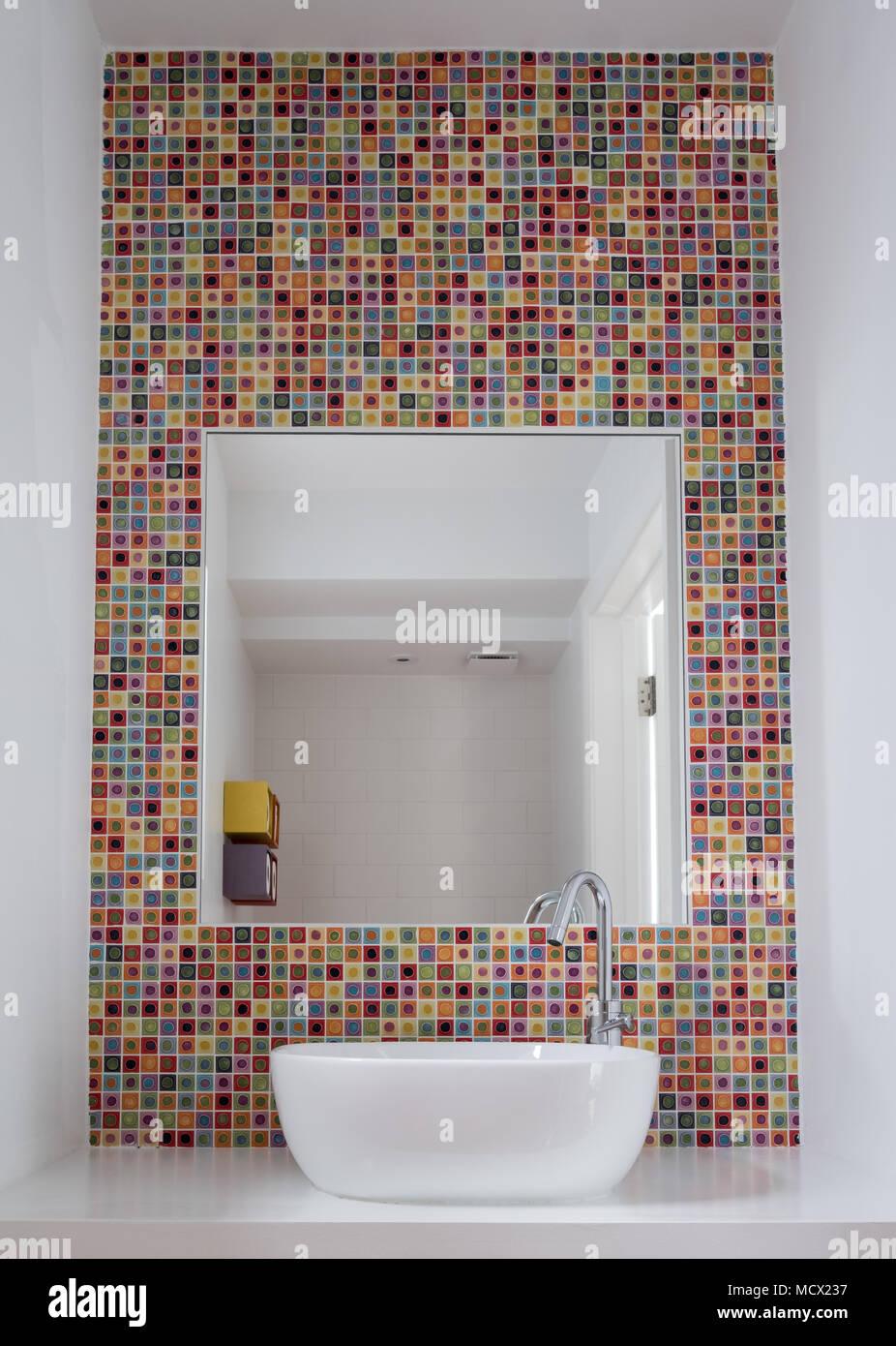 Badezimmer Waschbecken mit bunten Glas Mosaik Fliesen und Spiegel ...