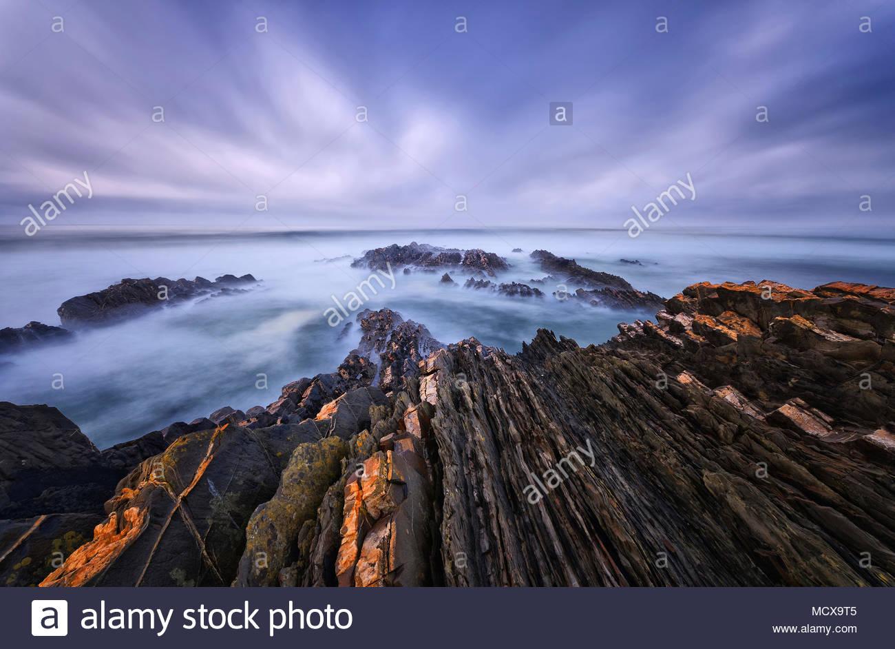 Küste in der blauen Stunde, Almograve, Algarve, Portugal   Küste in der Blauen Stunde, Almograve, Algarve, Portugal Stockbild