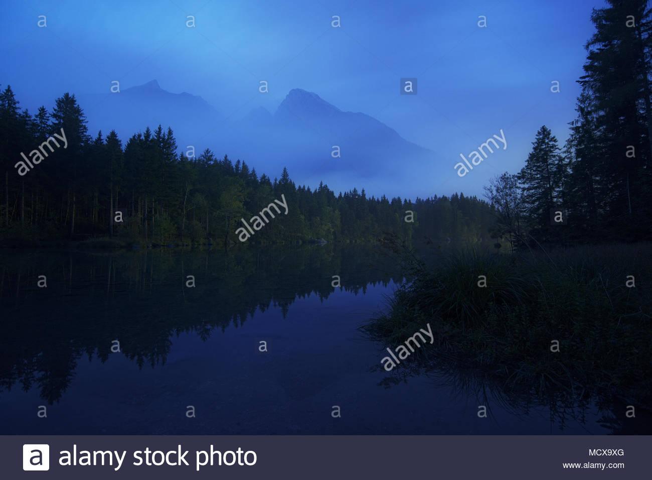 Hochkaltermassiv und Blauer Stunde, Hintersee, Berchtesgaden, Bayern, Deutschland   Hochkalter massiv an der blauen Stunde, Hintersee, Berchtesgaden, Bayern, G Stockbild