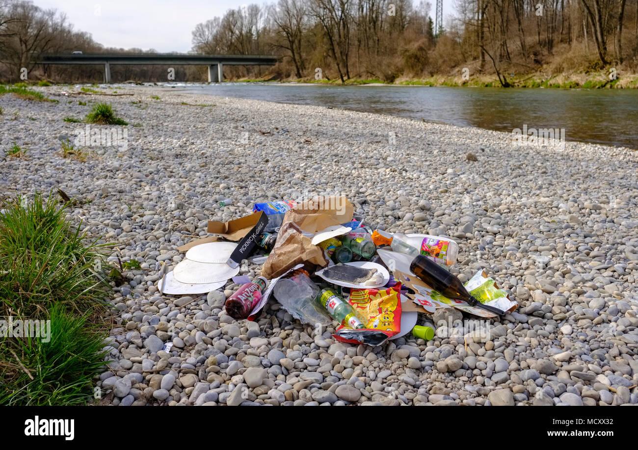 Verloren Müll auf Schotter Bank, Isar in der Nähe von Ismaning, Oberbayern, Bayern, Deutschland Stockbild