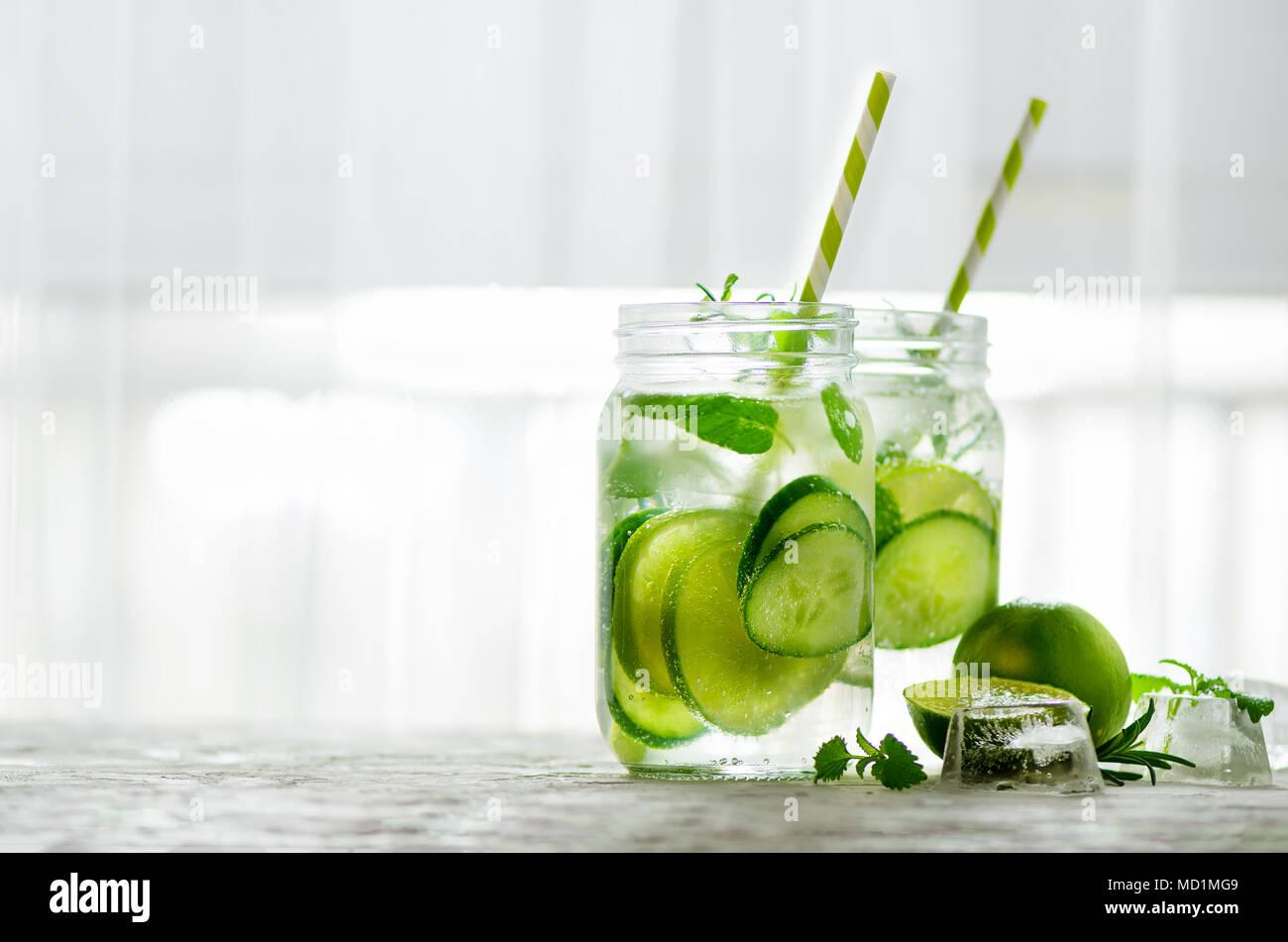 Hausgemachte limette Limonade mit Gurke, Rosmarin und Eis, weißen ...
