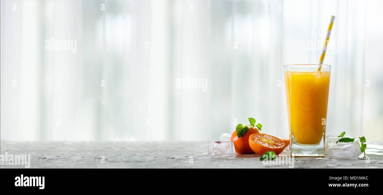 Frischer Mandarinensaft im Glas auf Weiß konkreten Hintergrund ...