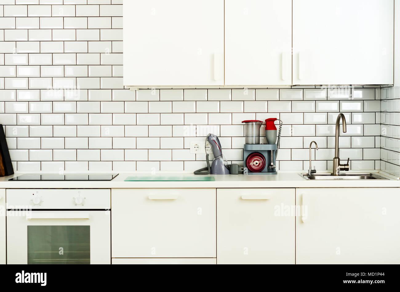 Weiße minimalistische Küche Interieur und Design. Fliesen Wand ...