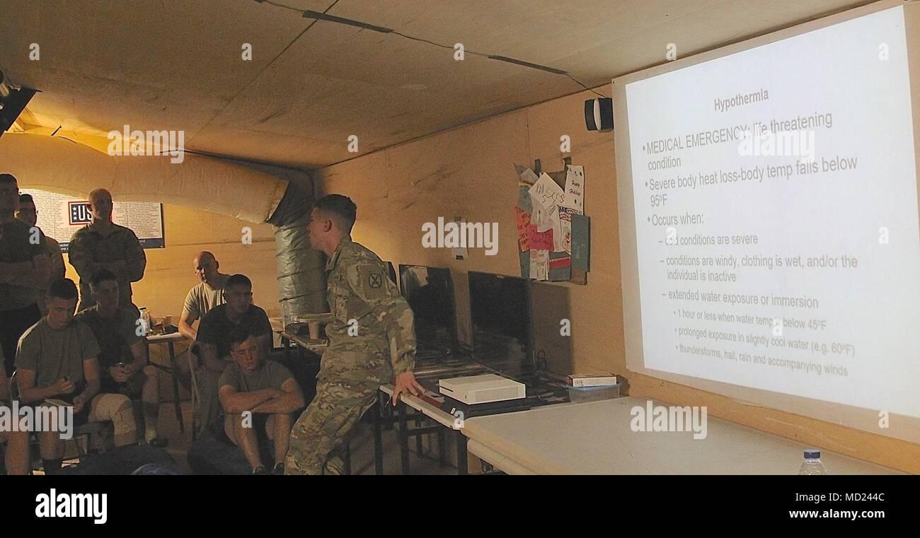 Soldaten der Task Force Darby auf Kontingenz Lage Garoua, Kamerun, Durchführung einer 1St Bataillon, 87 Infanterie Regiment, 1st Brigade Combat Team, 10 Mountain Division mit kaltem Wetter klasse in der 107 Grad Hitze von Garoua für Soldaten Umschichtung nach Ft. Drum, New York. TF Darby dienen Mitglieder sind in einer unterstützenden Rolle für den Kamerunischen militärischen Kampf gegen die gewalttätigen extremistischen Organisation Boko Haram zu dienen. Stockfoto