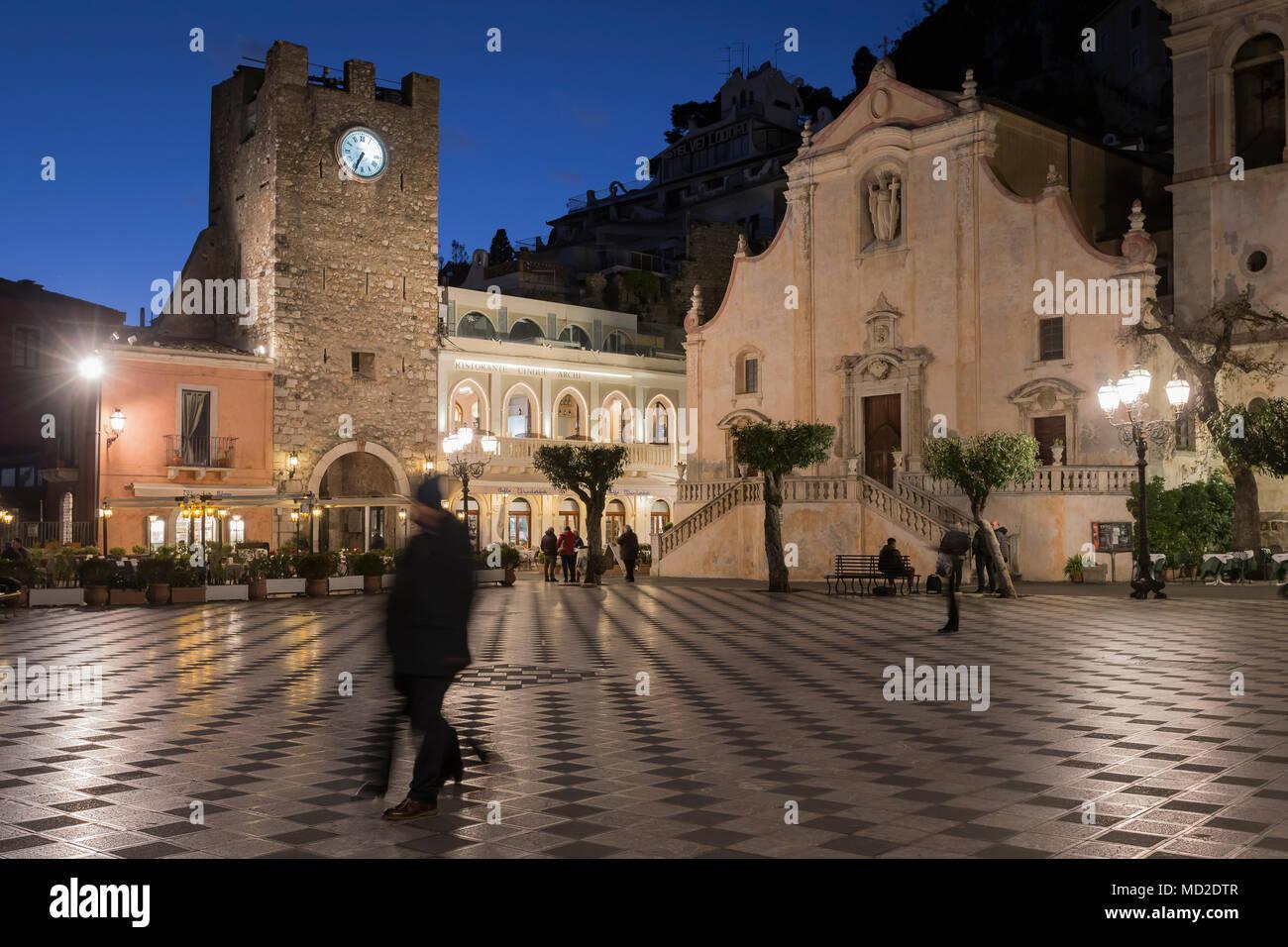 Piazza IX Aprile Square, San Giuseppe Kirche und Glockenturm in Taormina, Sizilien. Stockbild