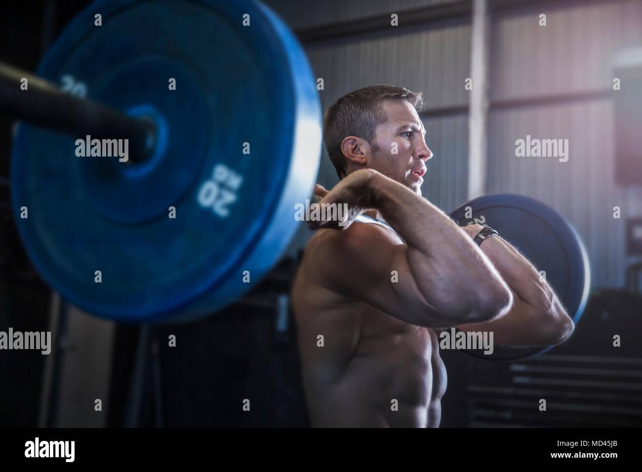 Mann, das Trainieren im Fitnessstudio, mit Langhantel, Vordere Hocke Stockbild