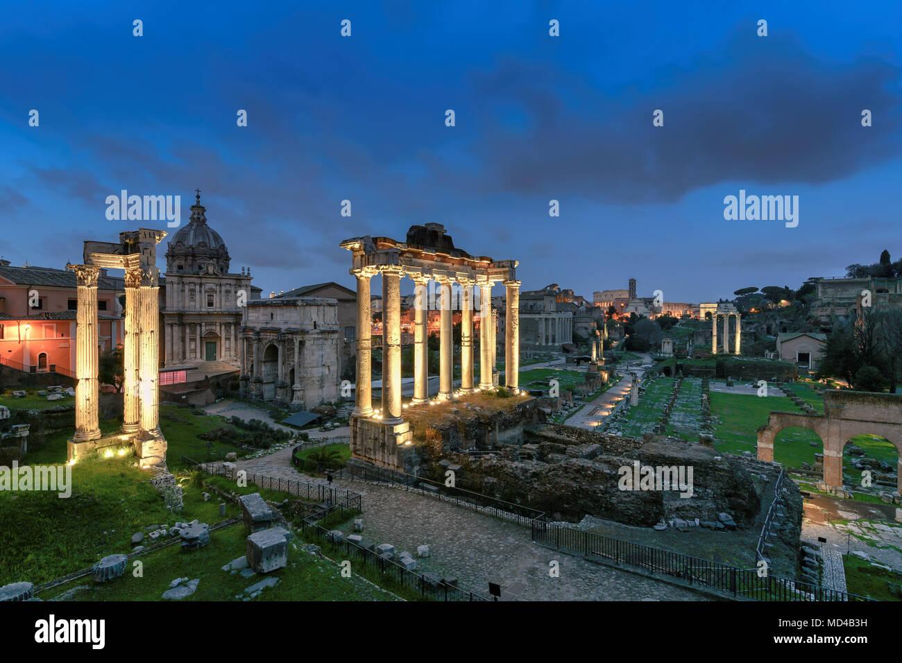 Forum Romanum in der Nacht. Blick auf das Forum Romanum und das Kolosseum, Italien. Stockbild