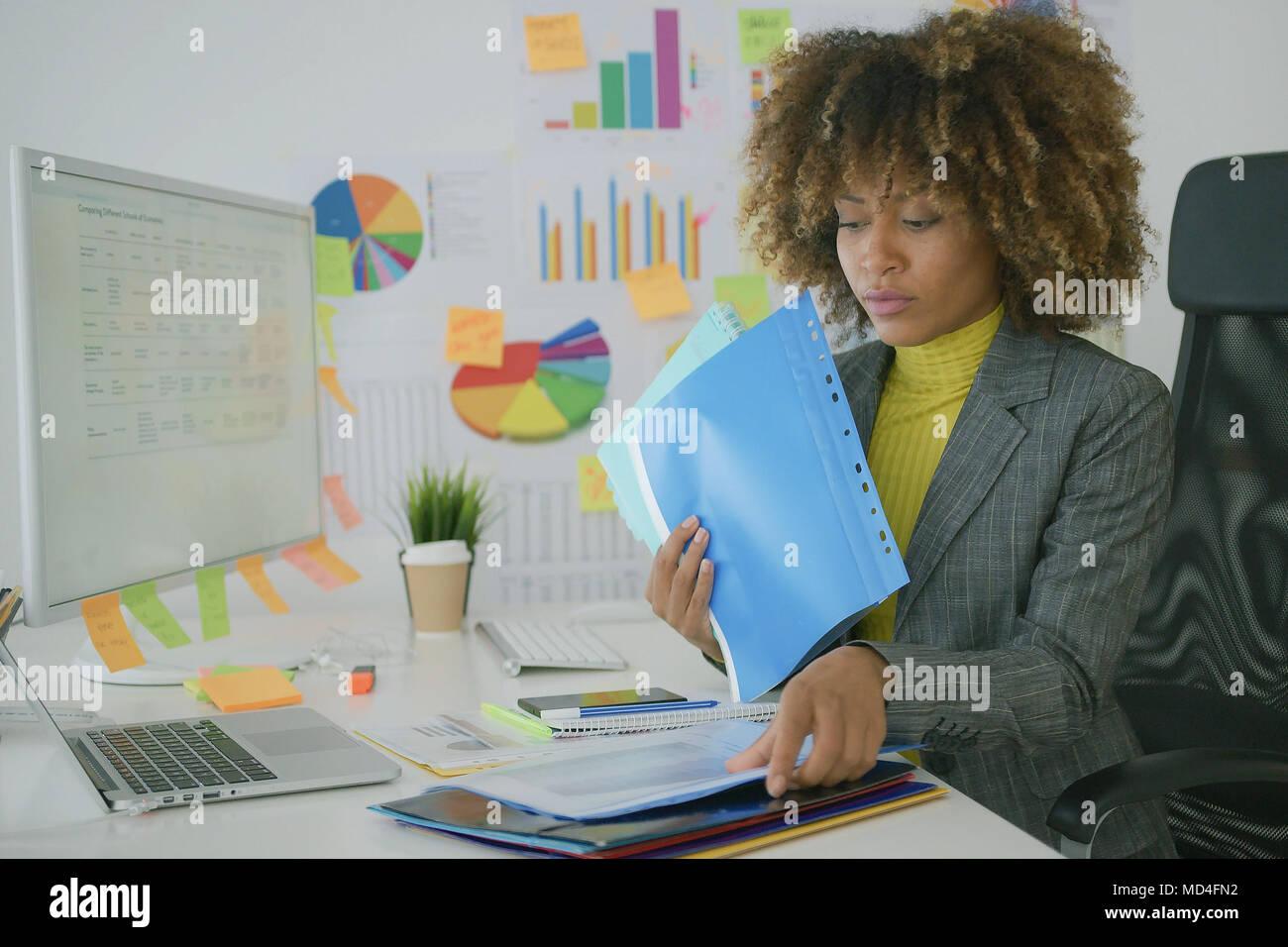 Beschäftigte Arbeitnehmer, obwohl Papiere Stockbild