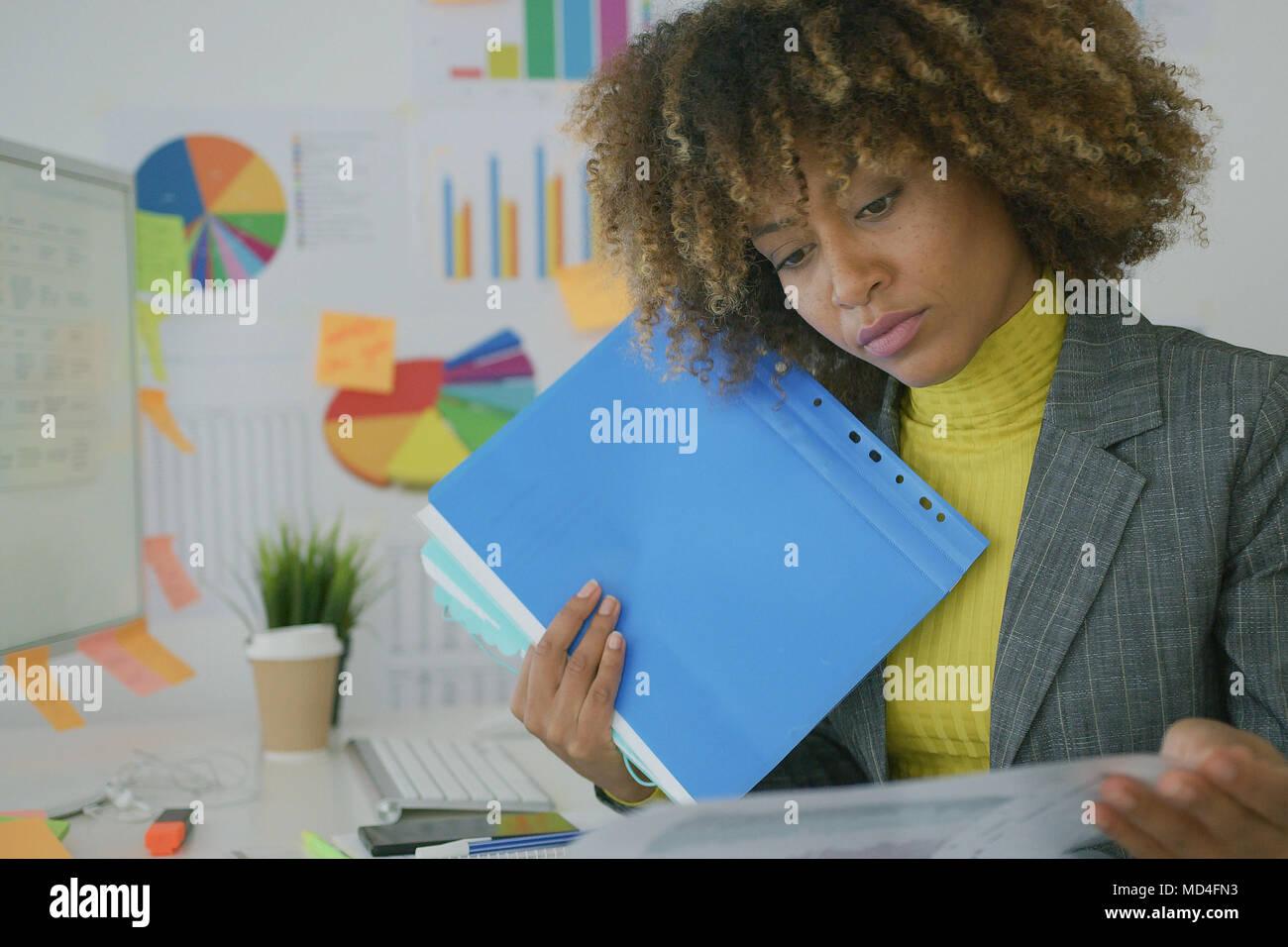 Verantwortlich Arbeitnehmer Erkundung Papiere Stockbild