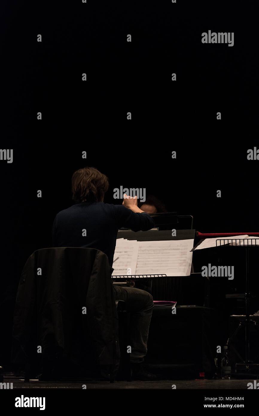 Orchester Dirigent auf der Bühne während reharsals Stockbild