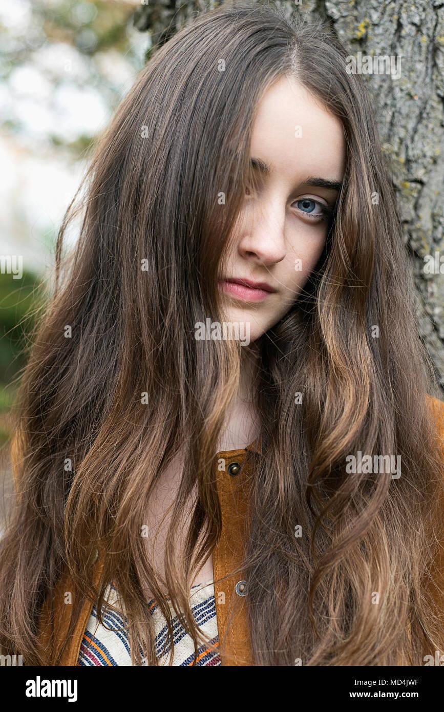 Hübsches mädchen 15 jahre braune haare