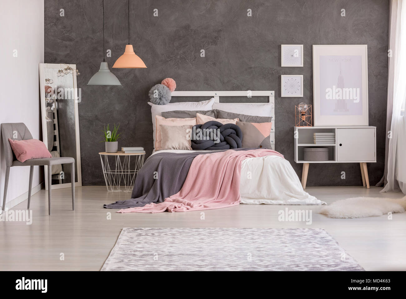 Weiß Schlafzimmer Innenraum mit Grau texturierte Wand, gemusterten ...