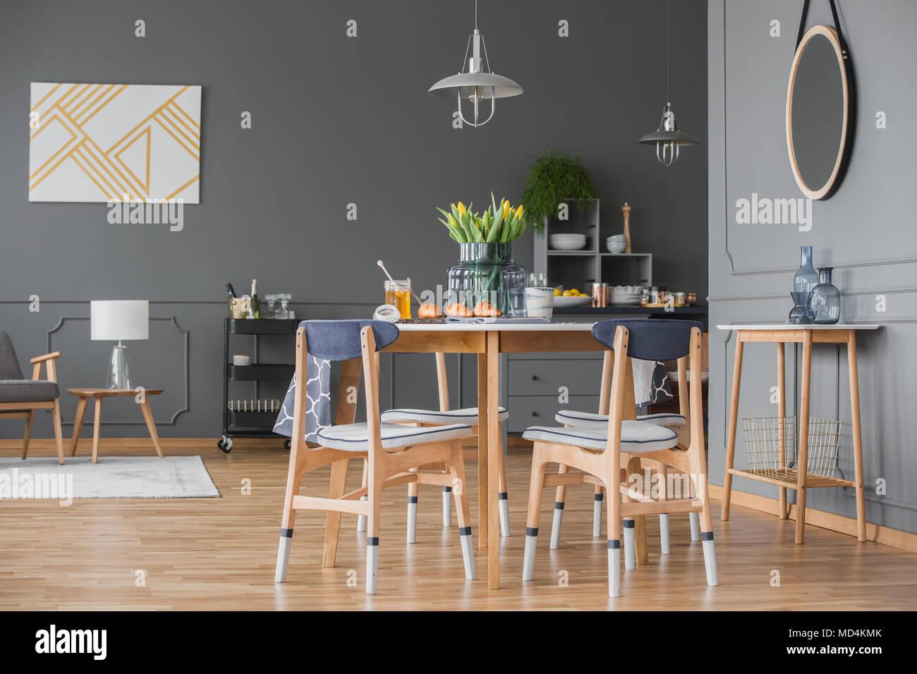 Eleganten Grau Wohnung Interieur Mit Hartholzböden, Spritzguss  Und Einen  Offenen Ess  Und Wohnzimmer Mit Holzmöbeln