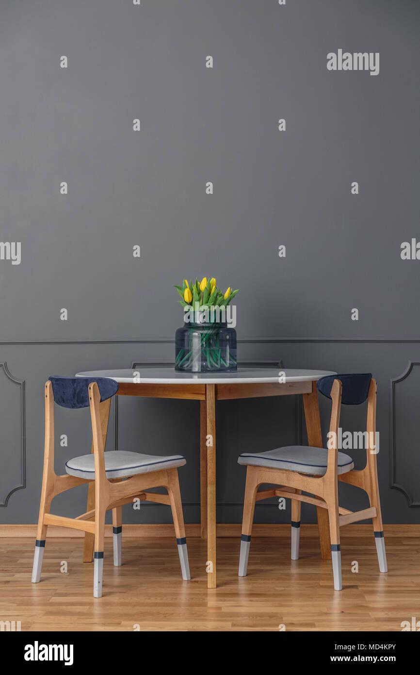 ... Und Einem Einfachen Holztisch Mit Einem Strauß Gelber Tulpen Im Glas  Vase Von Einem Leeren, Grauen Wand In Einem Minimalistischen Esszimmer  Interi