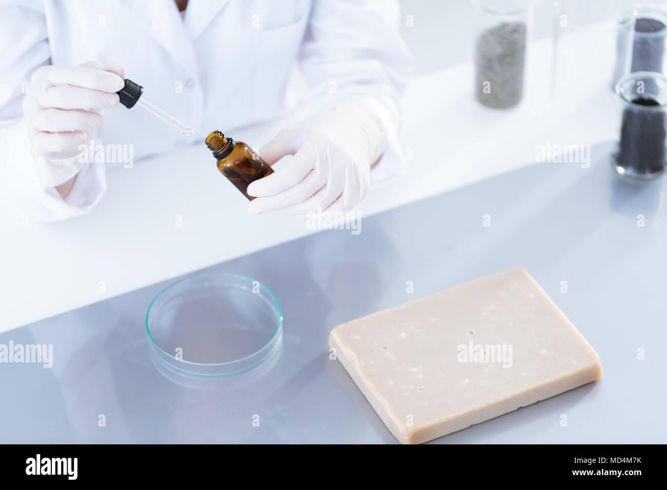 Hohen Winkel in Arbeiter, ätherisches Öl für die Prüfung im Labor Stockbild