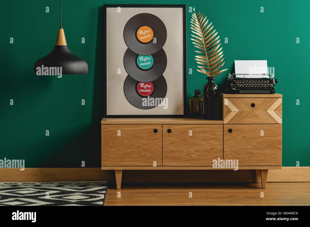 Eine Alte Schreibmaschine Und Ein Golden Leaf Dekoration Auf Einem Nach  Skandinavischer Art Holz  Sideboard In Ein Dunkles Grün Hipster Schlafzimmer  ...