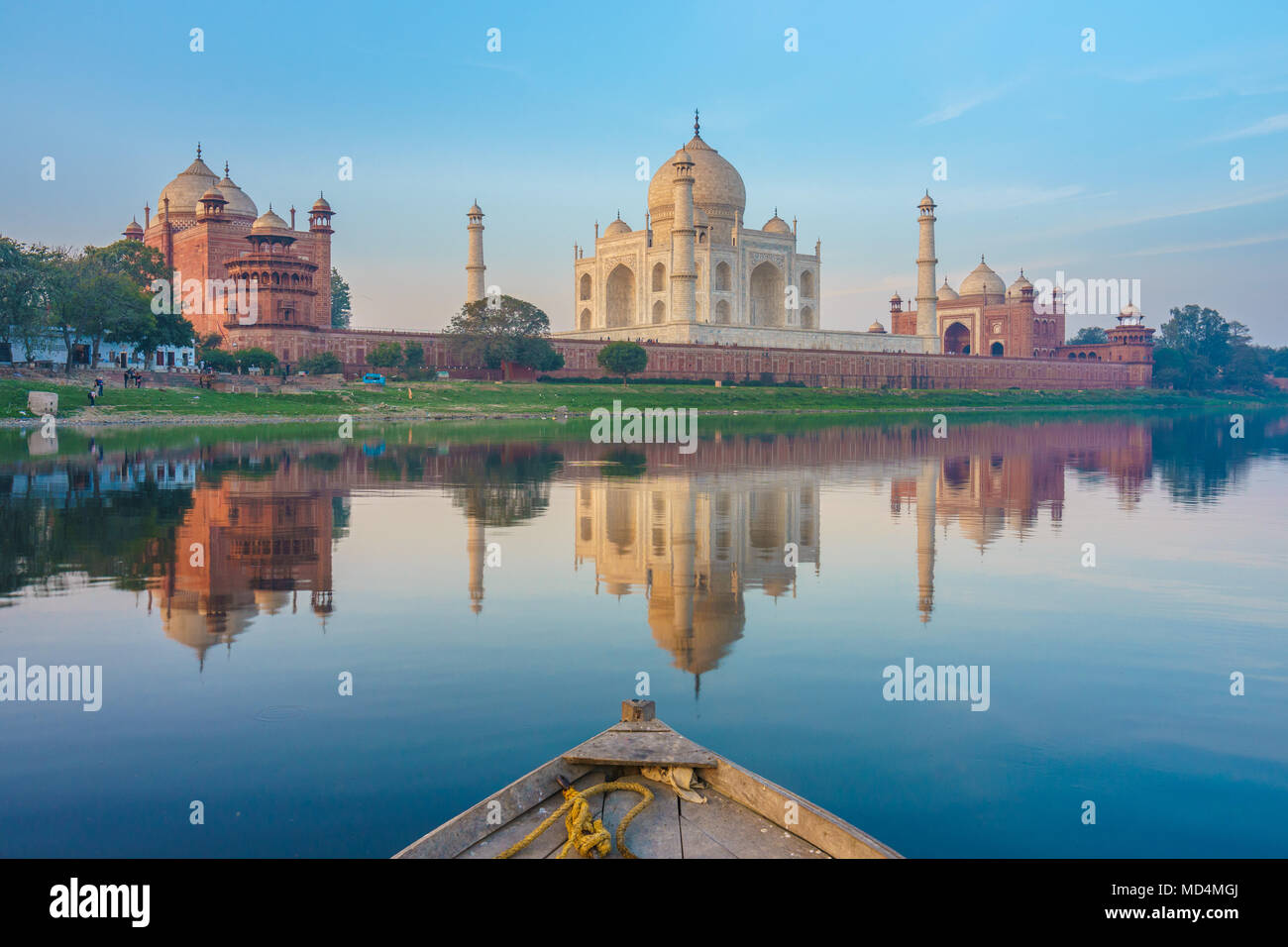 Bootsfahrt auf dem Yamuna-Fluss in der Nähe von Taj Mahal Stockbild