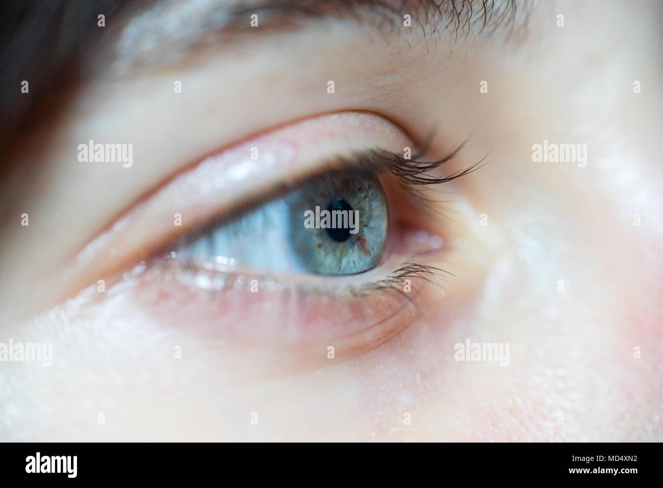 Nahaufnahme der Schönen blauen Frau Augen mit langen Wimpern Weg schauen Stockbild