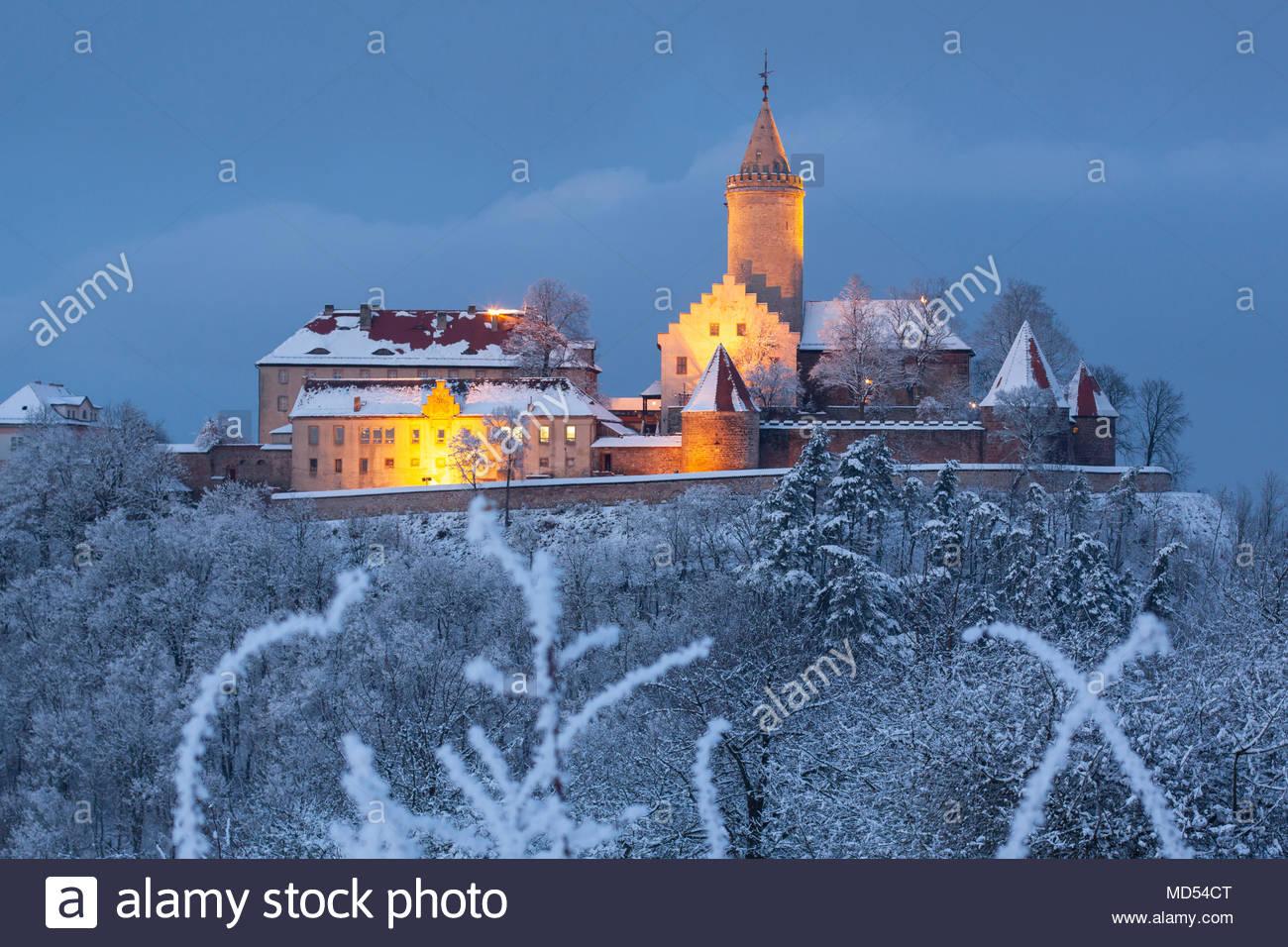 Blick vom Pfaffenberg in beleuchtete, winterliche Leuchtenburg zur Blauen Stunde, Seitenroda, Thüringen Stockbild