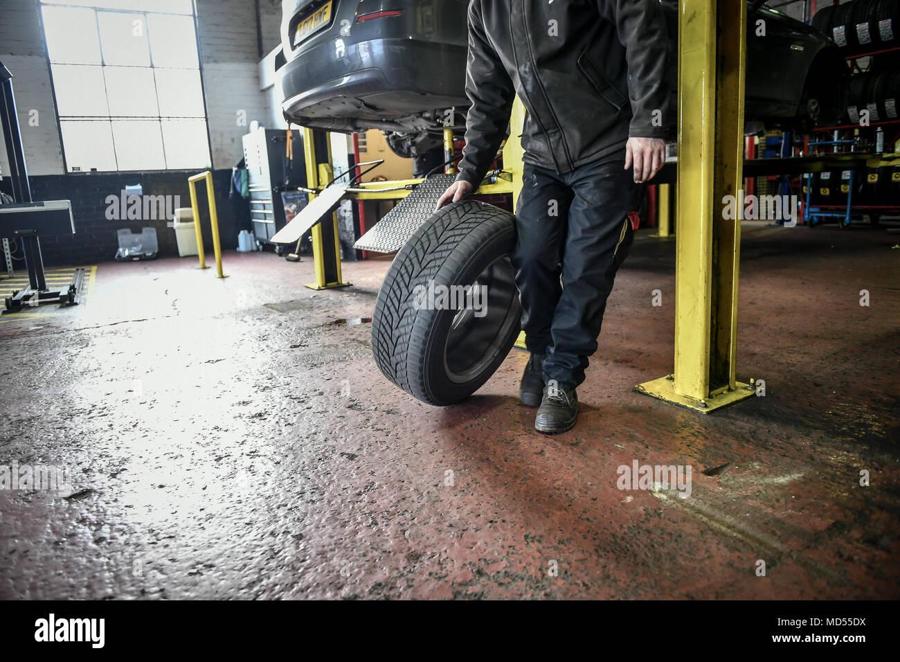 Ein Mechaniker Ein Auto Rollt Der Reifen Auf Dem Boden Der Garage