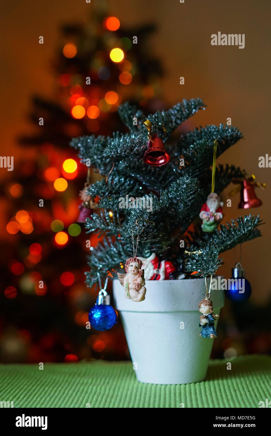 Ein wenig geschmückten Weihnachtsbaum im Topf auf den Tisch mit ...