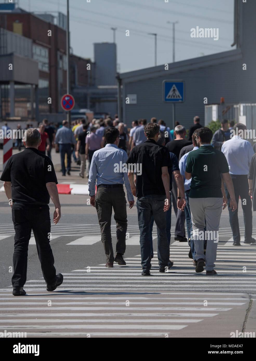 19 april 2018, deutschland, rüsselsheim: opel mitarbeiter auf ihrem