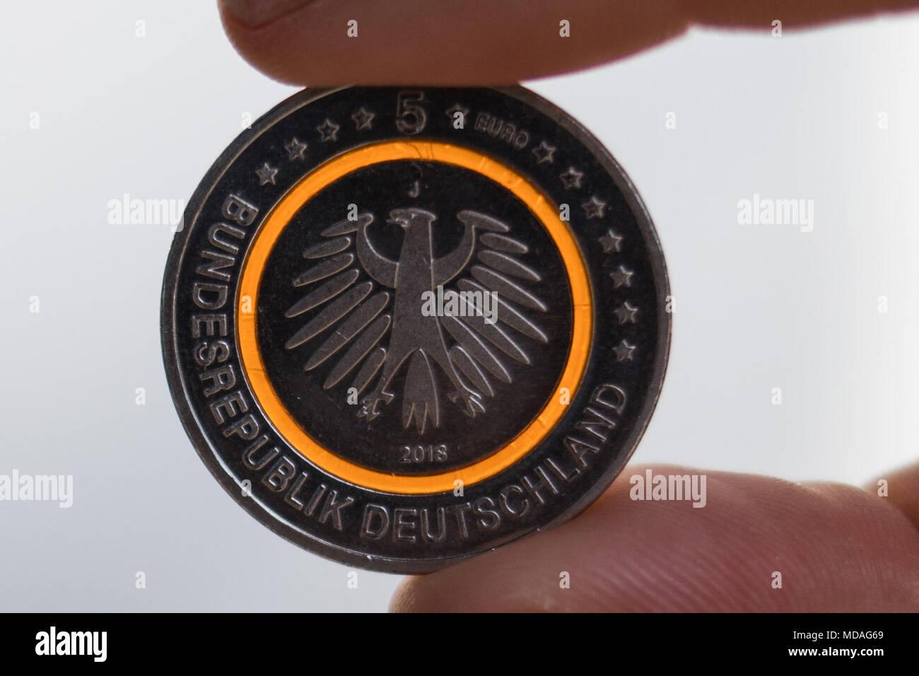 19 April 2018 Hamburg Deutschland Ein Kunde Hält Das Neue 5 Euro