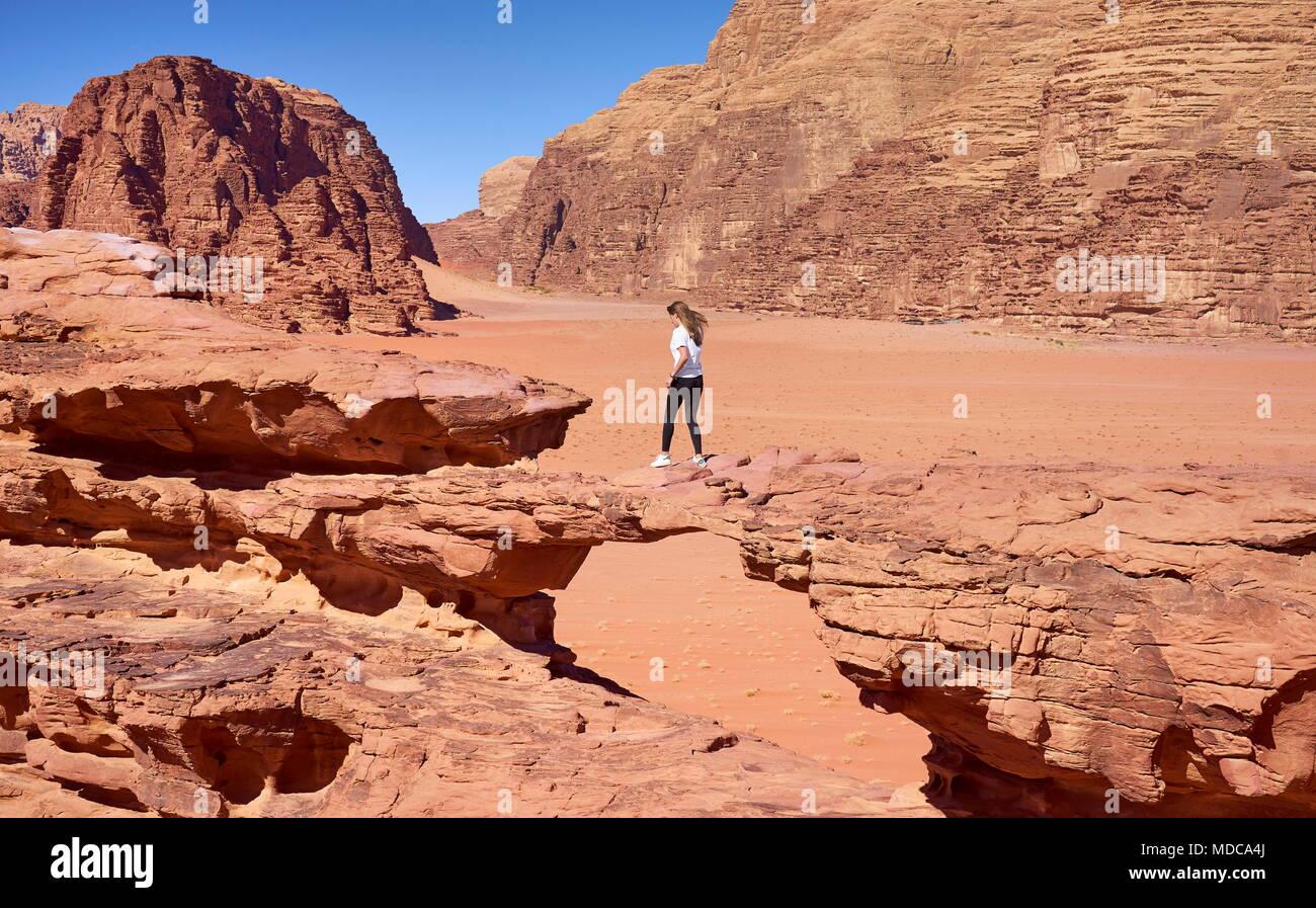 Steinerne Brücke, Wadi Rum Wüste, Jordanien Stockbild