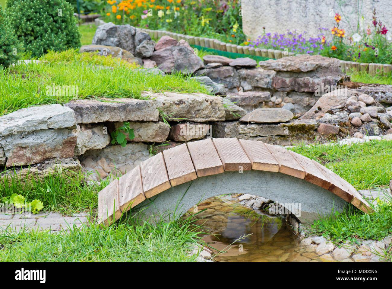 Moderne Gartengestaltung, rock Garten mit Teich und Brücke ...