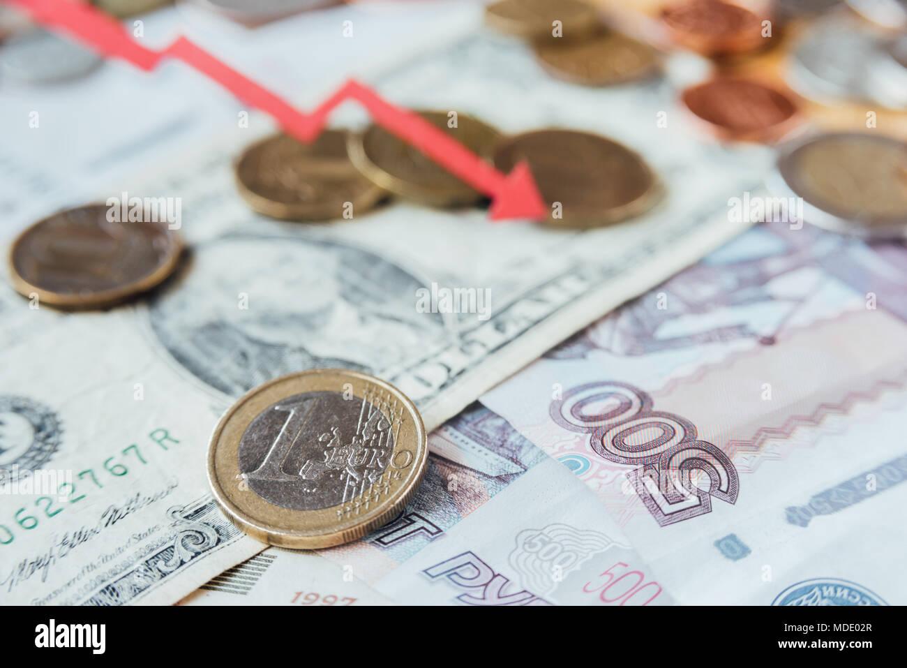 Rubel, US-Dollar und Euro mit rote Trendlinie. Fallende Tendenz Stockbild