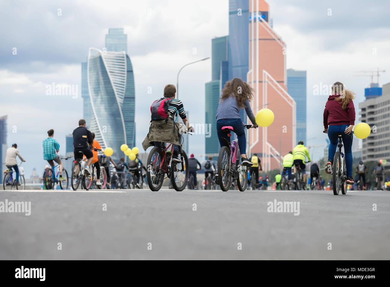 Die Fahrt mit dem Fahrrad in der Stadt. Jugend, Familien im Radrennsport. Konzept der gesunden Lebensweise, gemeinsame Freizeitaktivitäten, Sport Stockbild