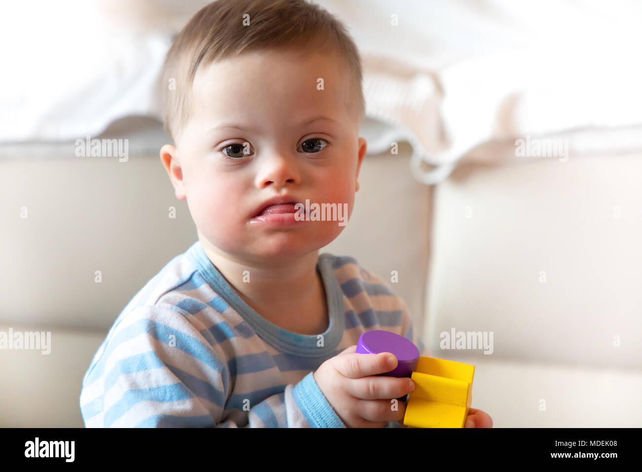Portrait Von Niedlichen Baby Junge Mit Down Syndrom Stockfoto Bild