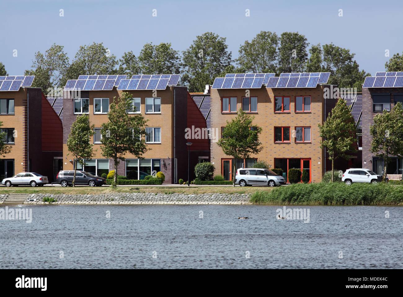 Häuser mit Solarzellen in Stad van de Zon (Stadt der Sonne), eine nachhaltige Vorort von Heerhugowaard, Nord Holland, Niederlande. Stockbild