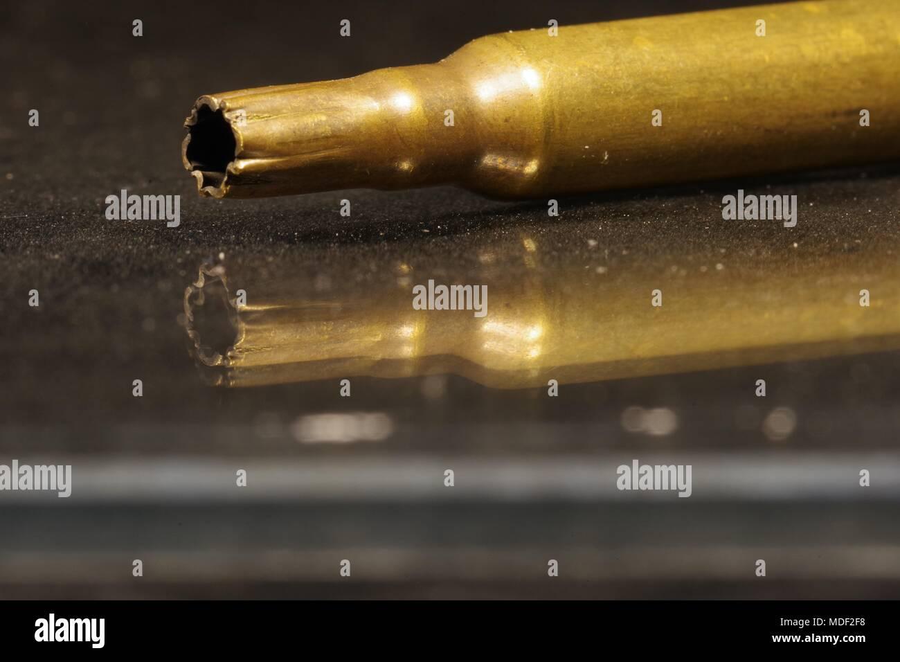 Verbrachte Messing Gewehr runden Gehäuse. Bullet Hautnah. UK. Stockbild