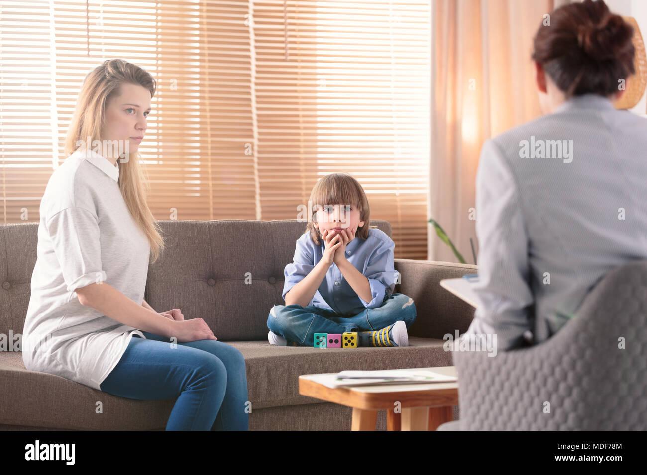 Junge mit Autismus und seine Sorgen Mutter während der Konsultation mit Therapeuten Stockfoto