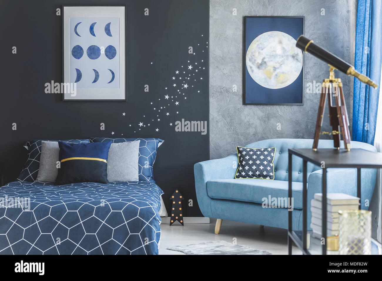 Türkisfarbene Sessel Neben Dem Bett Gegen Marine Blaue Wand In  Astronomischen Schlafzimmer Innenraum Mit Teleskop