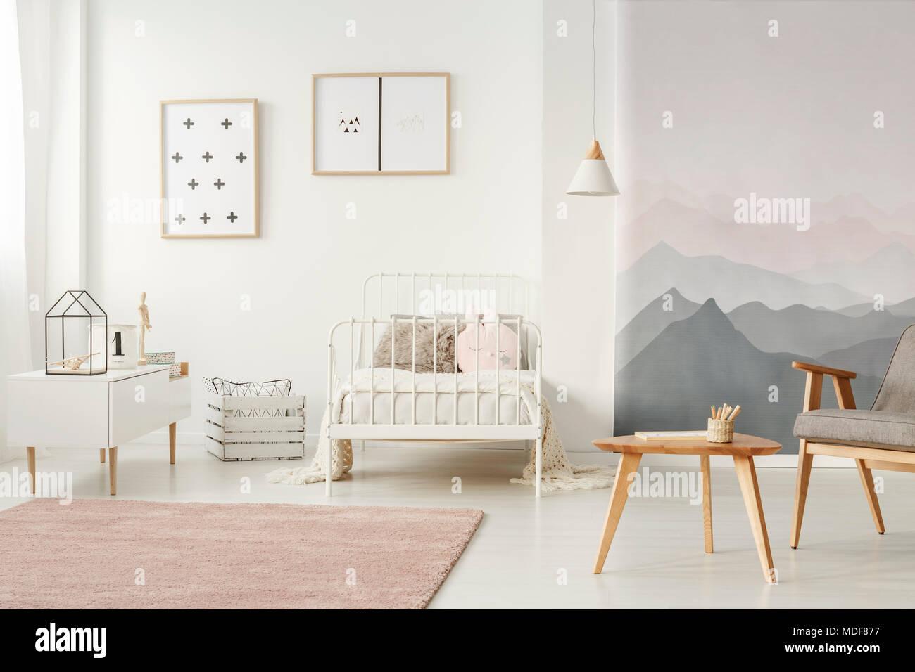 Weiß, Metall Bett stand in hellen Kinder Zimmer Einrichtung mit ...