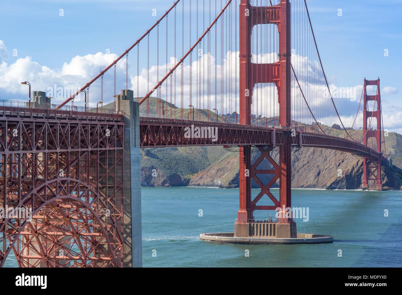 Blick auf die Golden Gate Bridge von oben Fort Point gegen Marin Headlands. Stockbild