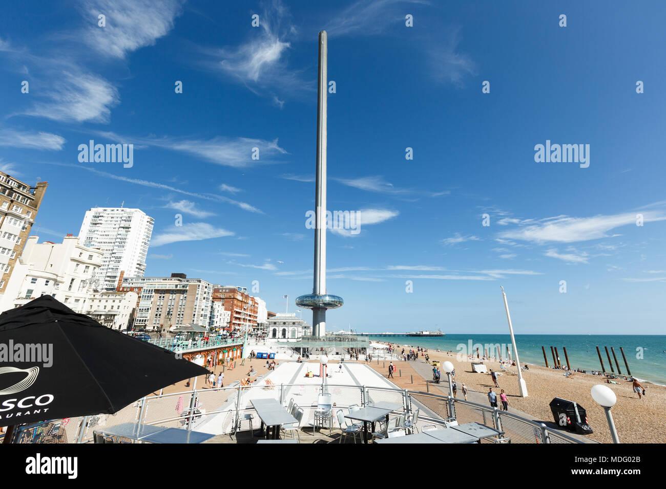 Menschen bewundern gehen auf Brighton costline, Blick auf den Ärmelkanal, Tower i360 Stockbild