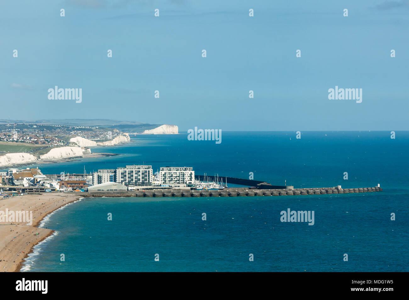 Luftbild des sonnigen Sommer Brighton, Küste, Sieben Schwestern am Horizont Stockbild