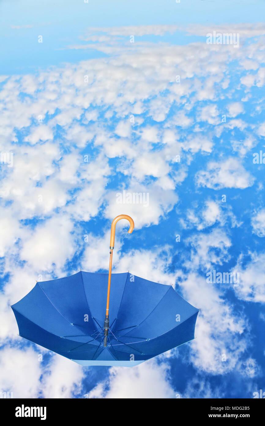 Fipped über Blau Regenschirm Fliegen Im Himmel Gegen Weiße Wolken