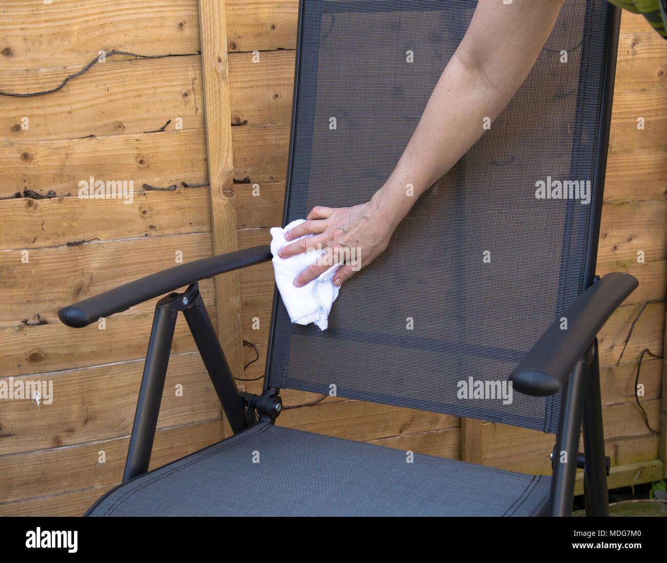Reinigung Von Gartenmöbeln Stockfoto Bild 180451488 Alamy