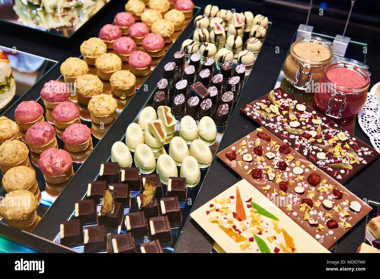 Kuchen Sussigkeiten Und Susswaren Im Schaufenster Stockfoto Bild