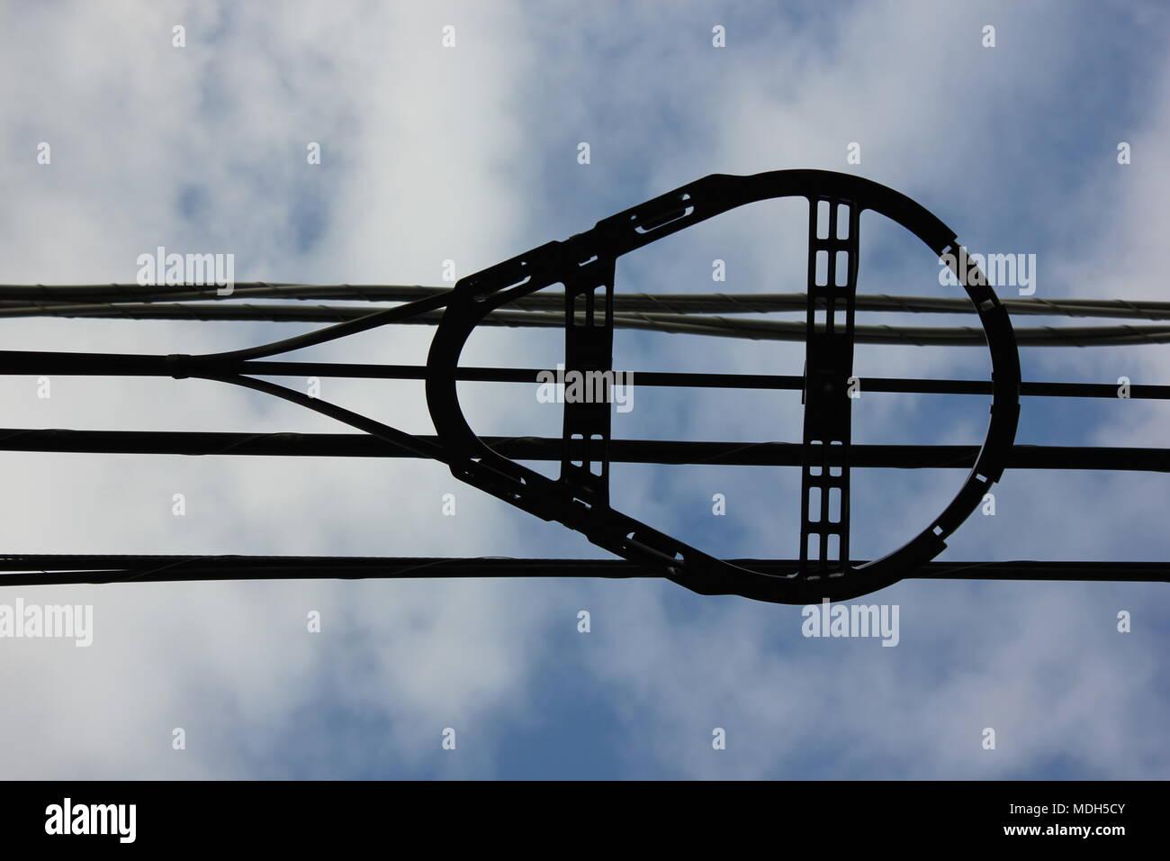 Schleife in overhead Wohngebiet elektrischen Leitungen. Stockbild